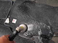 マットを水で洗う